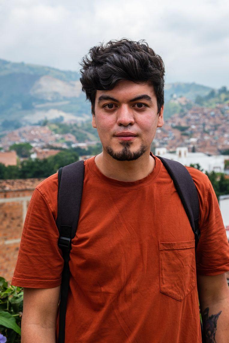 Juan Diego Mejía tegen achtergrond van Comuna 13 en La Escombrera. Beeld Ynske Boersma