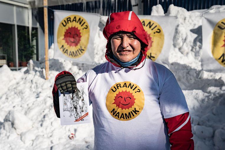 De Groenlandse milieuorganisatie Urani Naamik (Uranium, Nee dank u) deelt flyers uit in aanloop naar de verkiezingen. Beeld EPA