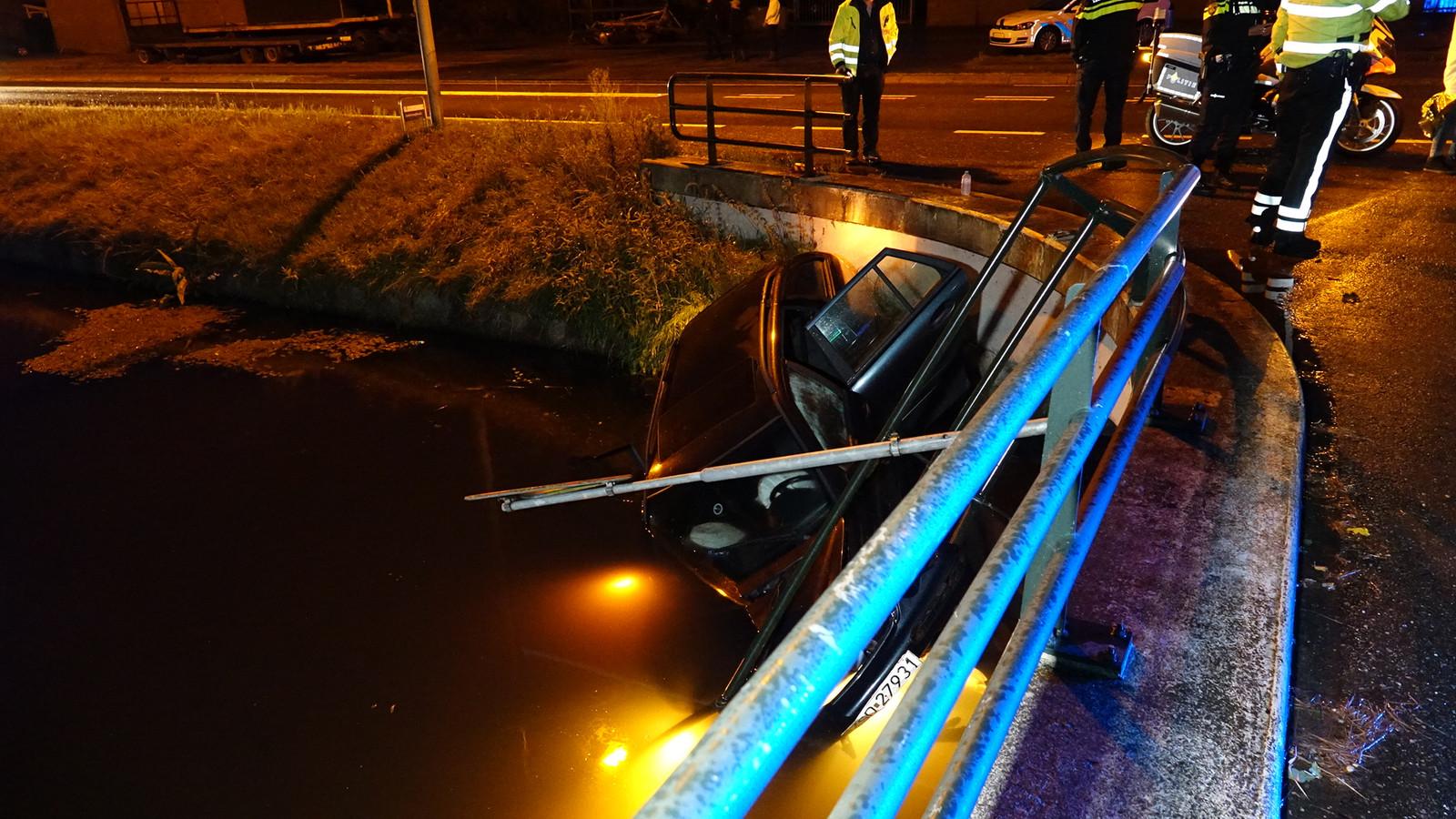 De auto viel enkele meters naar beneden en belandde in het water.