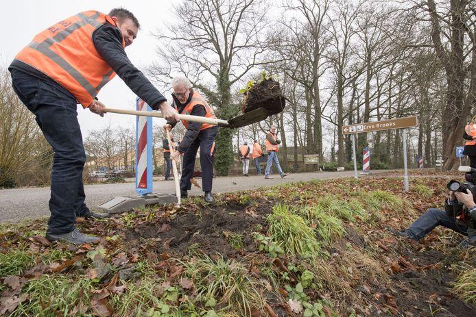 Wethouder Han Boer (links) stak in Gelselaar eind vorig jaar symbolisch de eerste schop in de grond voor de aanleg van glasvezel in het buitengebied. Hij kreeg assistentie van Piet Grootenboer van Glasvezel Buitenaf. De sleuven gingen meteen daarna weer dicht.