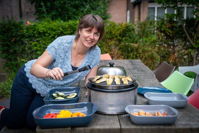 Tamara Onos barbecuet groenten op haar veilige barbecue. Zwarte randjes komen er niet aan.
