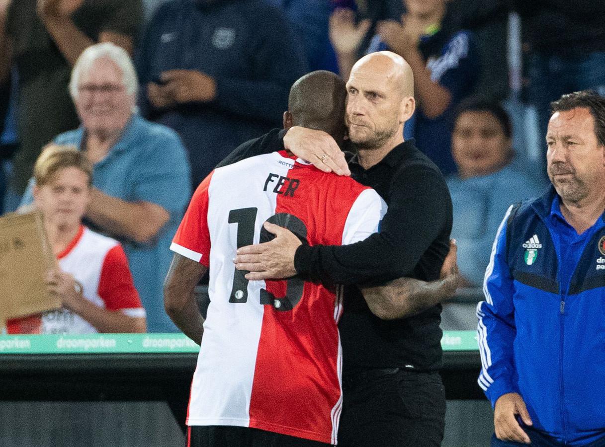 Jaap Stam geeft Leroy Fer een knuffel.