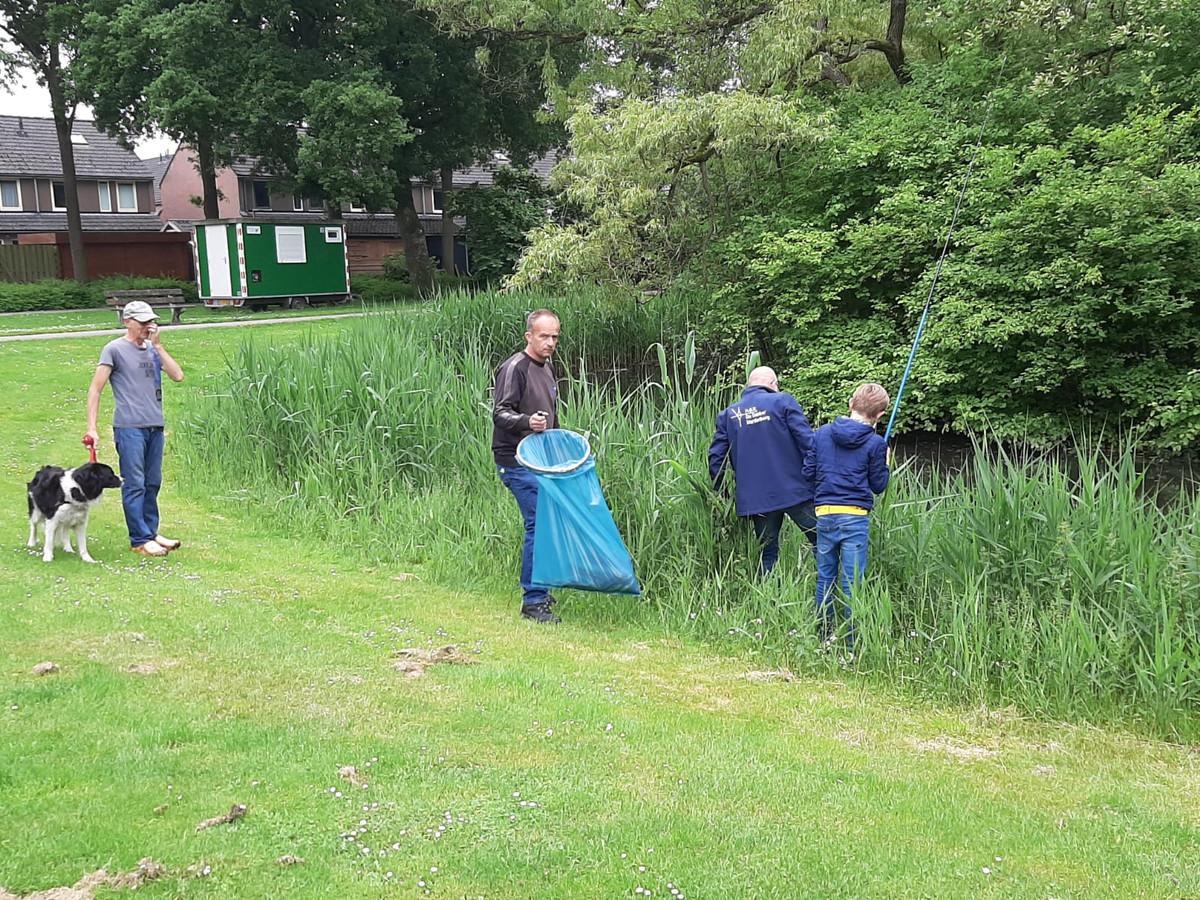 De dode vissen in de wijk Baalder zijn uit de vijver gehaald.