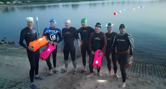 De testzwemmers bij de proef half april. Enkelen gingen met een drijfboei te water.