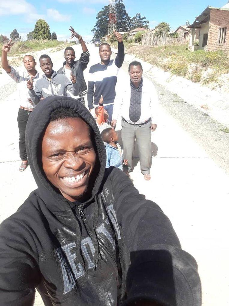 In Mbeya, de woonplaats van Mohamed. Van links naar rechts: vriend Oscar Clement, broer Hilal, neef Hugo, Ally zelf, Mohameds kinderen en vader Pazzi Samatta.