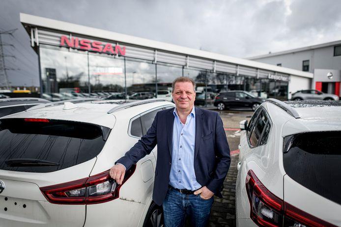 Directeur-eigenaar Rob Lentelink verkocht het autobedrijf Lesscher. Dat gaat nu verder als STEZA. Zelf stort hij zich met zijn zoon op campers.