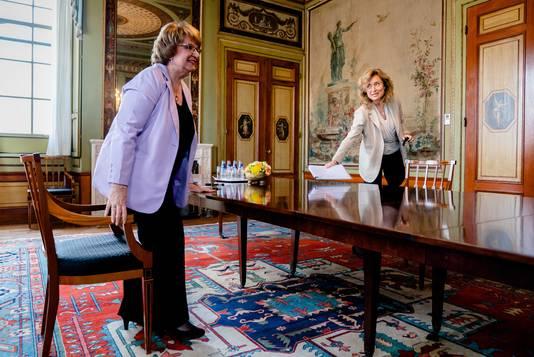 Informateur Mariette Hamer biedt haar eindverslag aan Tweede Kamervoorzitter Vera Bergkamp aan. Het werk duurde een paar weken langer dan gepland, omdat de informatie zeer moeizaam verliep.