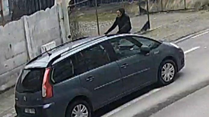 De politie van Antwerpen is op zoek naar een man die een 11-jarige jongen heeft aangerand in een leegstaand fabriekspand in de Tweemontstraat in Deurne.