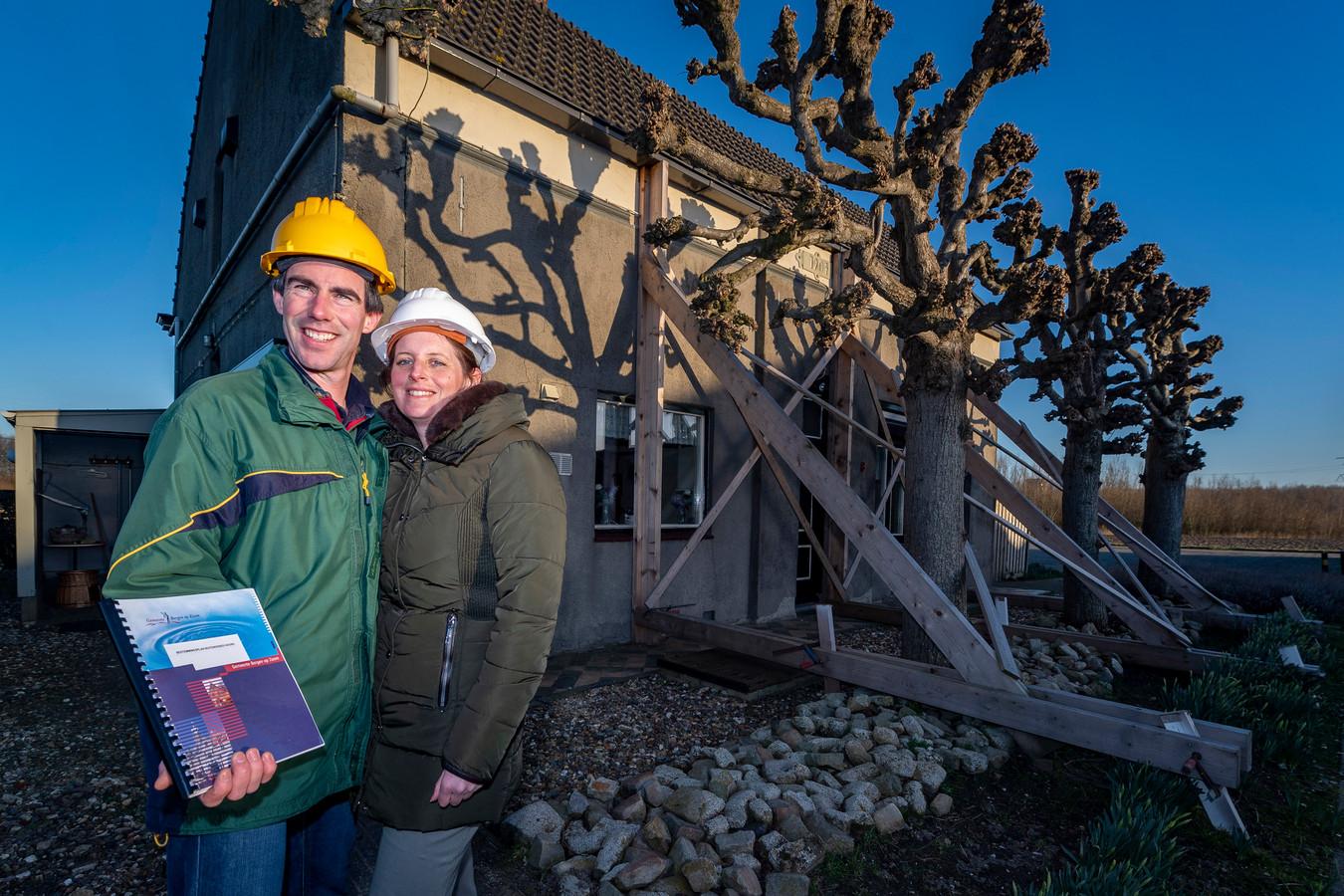 Eric-Jan van Trijen en zijn vrouw Lieke bij hun gestutte huis. Nieuwbouw is nog ver weg.