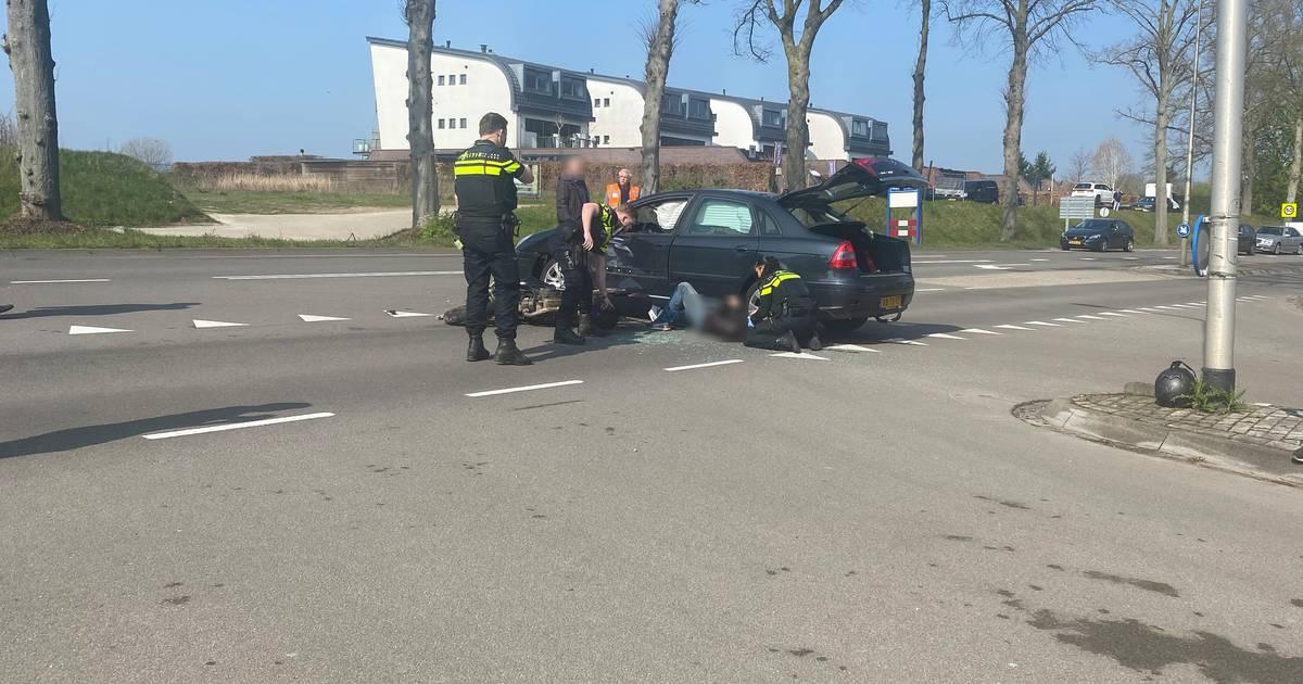Ernstig ongeluk in Molenhoek: motorrijder rijdt vol in de flank van auto.