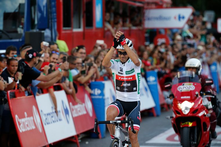 epa06196633 Spanish Alberto Contador of the Trek team greets the crowd during the 21st and last stage of La Vuelta cycling race, over 117.6 km between Arroyomolinos and the finishing line in Madrid, Spain, 10 September 2017.  EPA/Kiko Huesca Beeld EPA