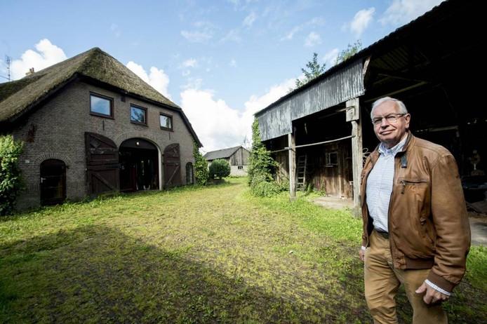 Projectcoördinator Carel Braakman, van Tuinen van Zuidbroek, bij de boerderij waar het om gaat. Foto Kevin Hagens