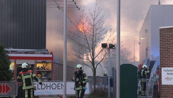 De brandweer druk aan het werk om de brand in IJsselstein te blussen.