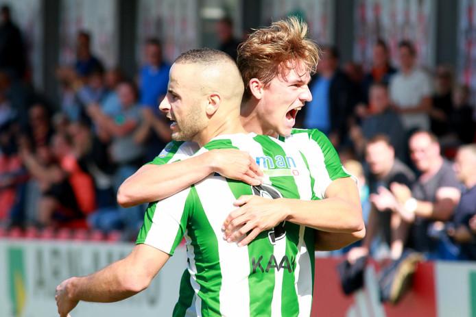 Rick Doorn viert de gelijkmaker van SC Genemuiden met doelpuntenmaker Omar Kavak.