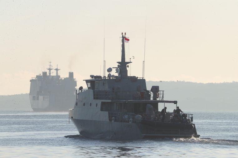 Twee van de 24 schepen die betrokken waren de zoektocht naar de Indonesische onderzeeër. Beeld AP