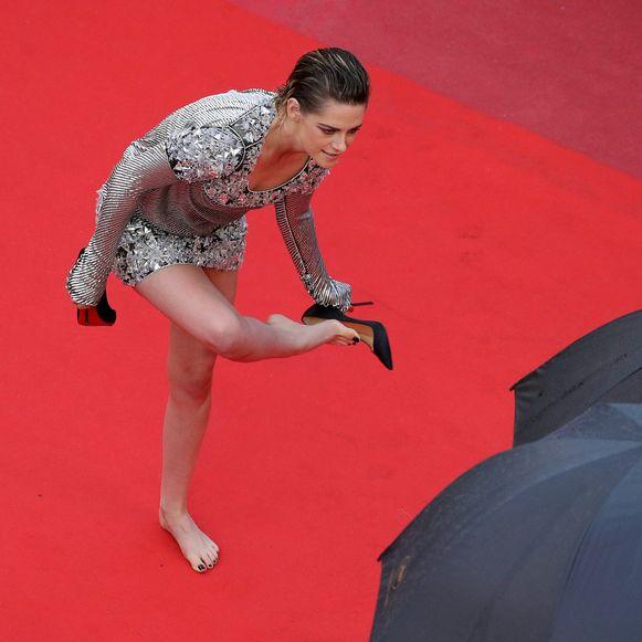Actrice Kristen Stewart doet haar hoge hakken uit op het filmfestival van Cannes.