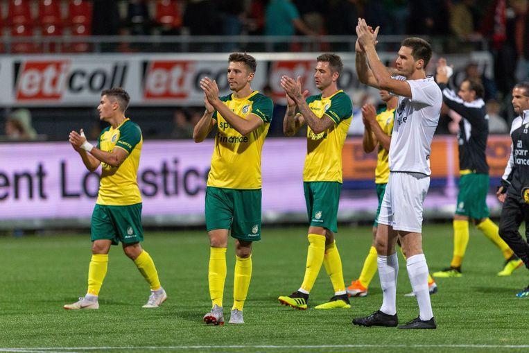 Spelers van Fortuna Sittard bedanken het publiek na een gelijkspel tegen Excelsior. Beeld ANP Pro Shots