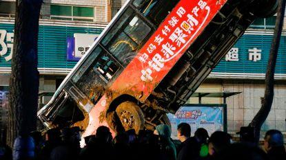 Enorm zinkgat slokt bus en voetgangers op in China: negen doden, een vermiste