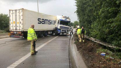 Knooppunt R2 en A12 richting Nederland volledig versperd door vrachtwagen