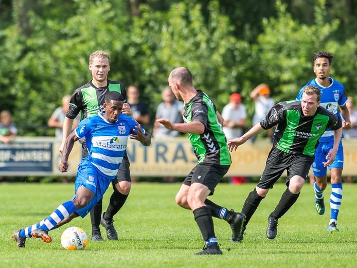 Het oefenduel tussen FC Dalfsen en PEC Zwolle, afgelopen weekend (0-5) kon wel gewoon doorgaan in Dalfsen.