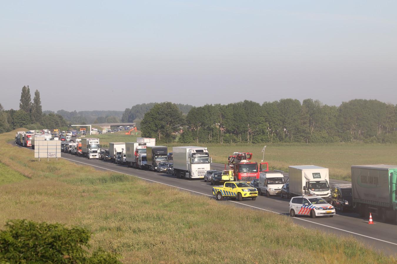 Vrachtwagen gekanteld op de A50 bij Veghel, weg vol graan.