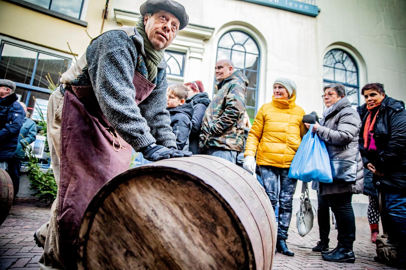 Met de rollende wijnvaten de berg op, dan moet je best even kracht zetten.