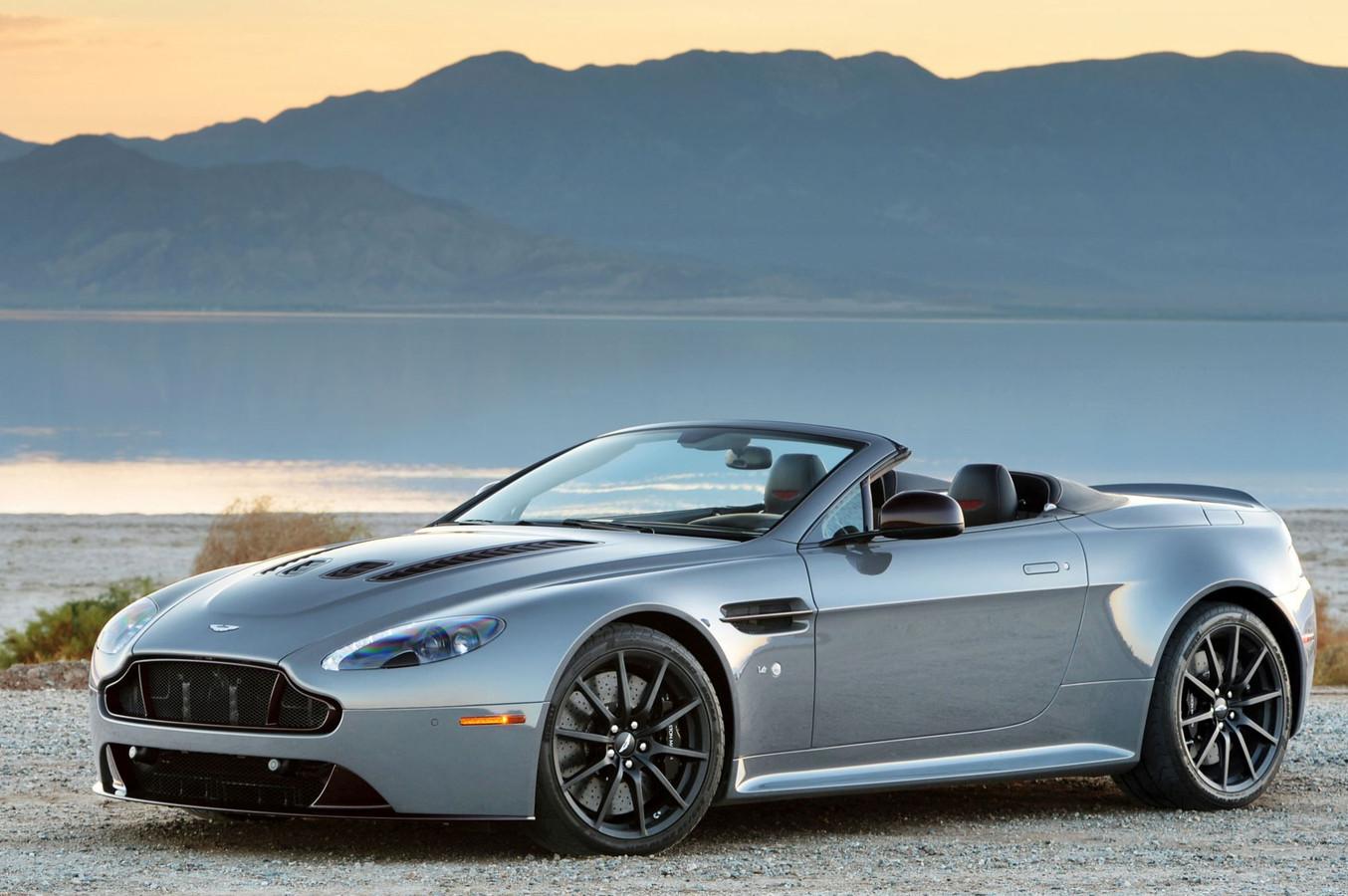 Een van de auto's die staat weg te roesten in China is deze Aston Martin S Roadster.