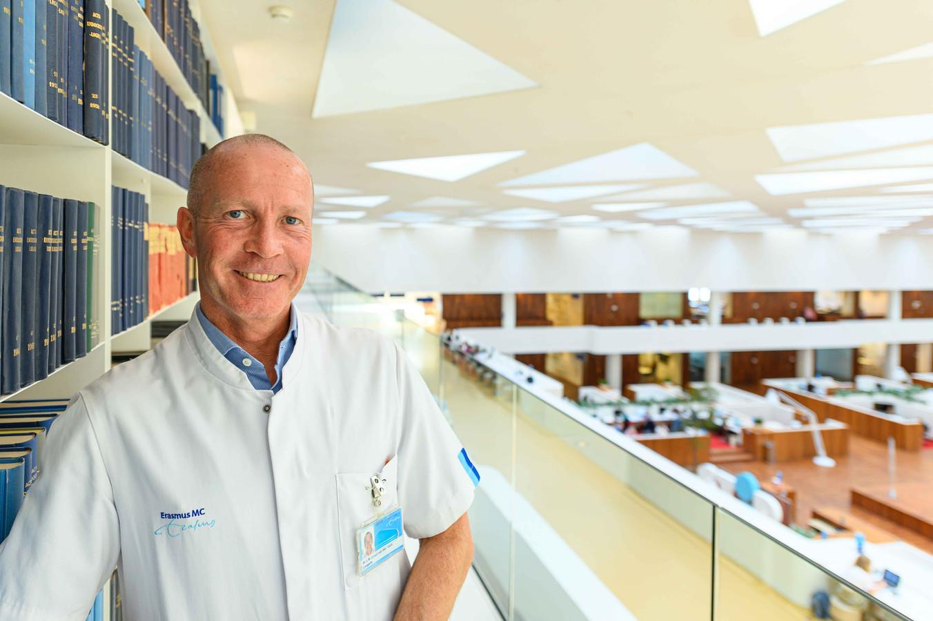 Longarts Leon van den Toorn, voorzitter van de Vereniging van Artsen voor Longziekten en Tuberculose (NVALT) en longarts in het Erasmus MC erkent dat de bewijslast voor de werking van de medicijnen tegen corona 'flinterdun' is.