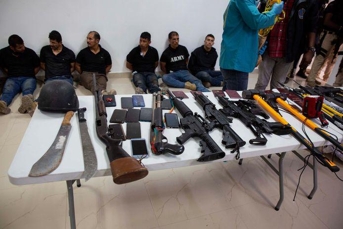I sospetti arrestati vengono mostrati ai media con le armi che hanno usato