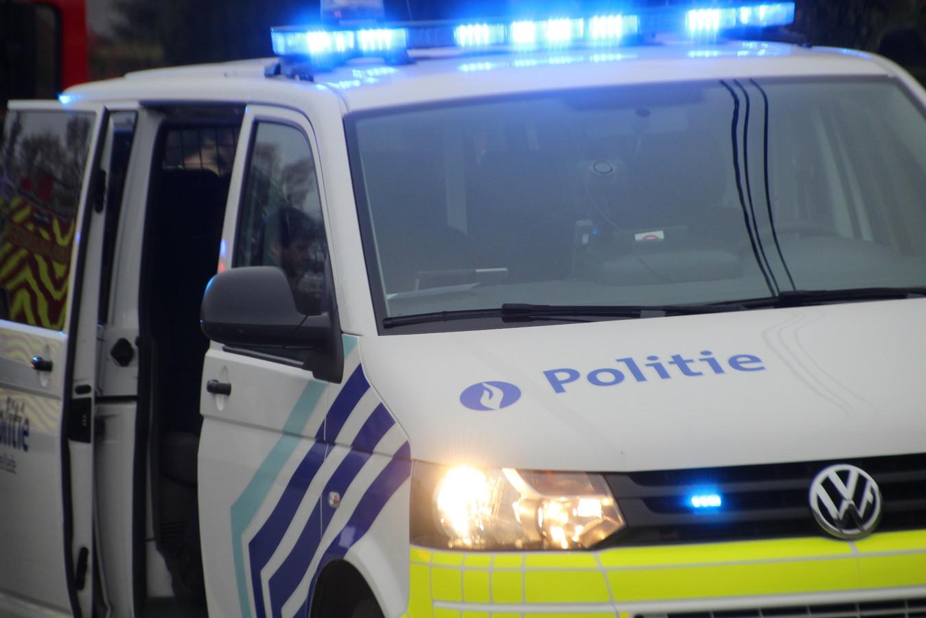 De bewoonster werd tijdens de interventie opgevangen in een politiecombi.