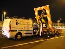 Loodgietersbusje knalt tegen pijlwagen op A12, politie rijdt met gewonde bestuurder mee naar ziekenhuis