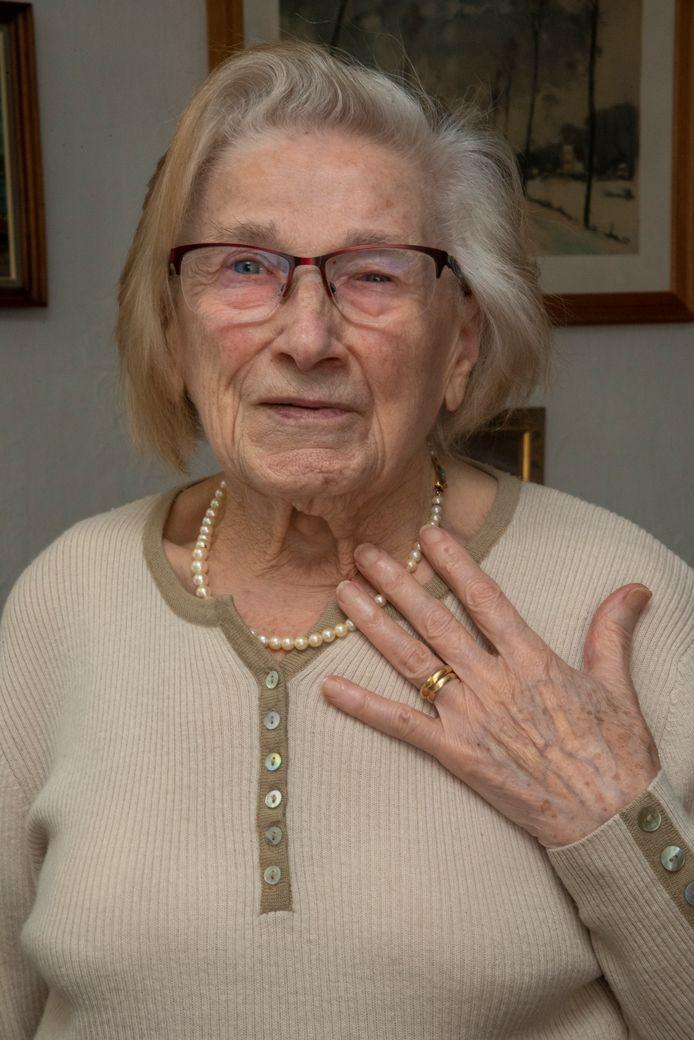 Carolla is blij dat ze weer beide trouwringen rond haar vinger heeft.