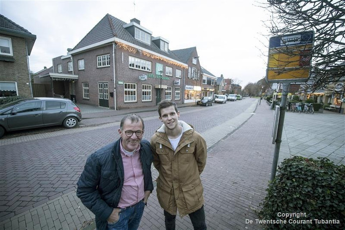 Zoon Rob en vader Harry Steggink met daarachter de horecagelegenheid waar straks een nieuw gebouw komt.