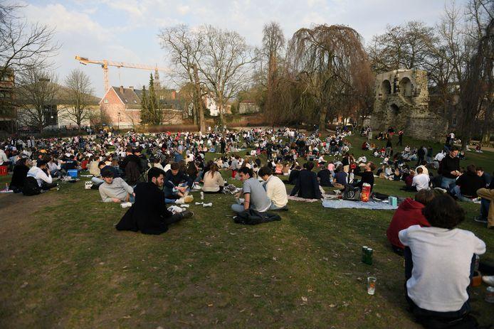 Het stadspark van Leuven zit opnieuw vol groepjes jongeren