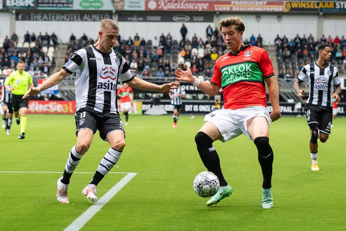 NEC-aanvaller Ole Romeny in duel met Heracles Almelo-verdediger Mats Knoester.    during the match Heracles - NEC