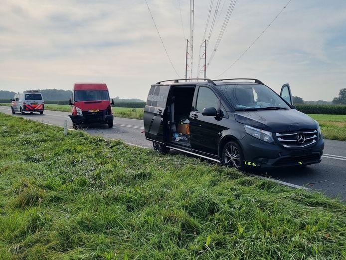 Twee bedrijfsbussen moesten na de kop-staart-botsing in Silvolde door een bergingsbedrijf worden meegenomen.