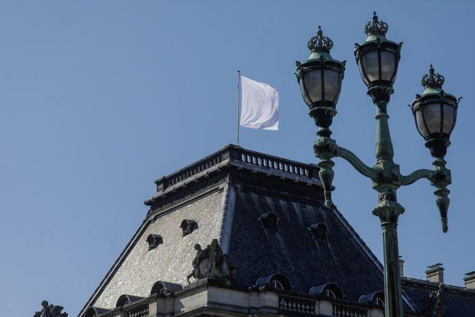 Drapeau blanc flottant sur le palais royal, lundi 23 mars, à Bruxelles