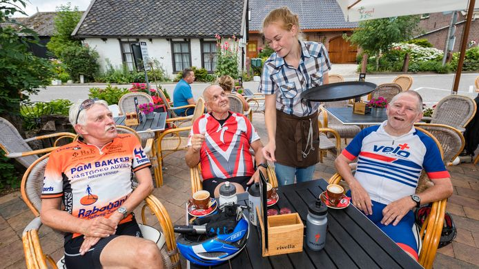 Eetcafe De halve Maan herbergt op dit moment de Zoetermeerse wielrenners vlnr Piet Kamps, Henk van der Wurf en Gerard van Hoven. Ze hebben er al 30 kilometer op zitten. Een prachtige route via de Meije