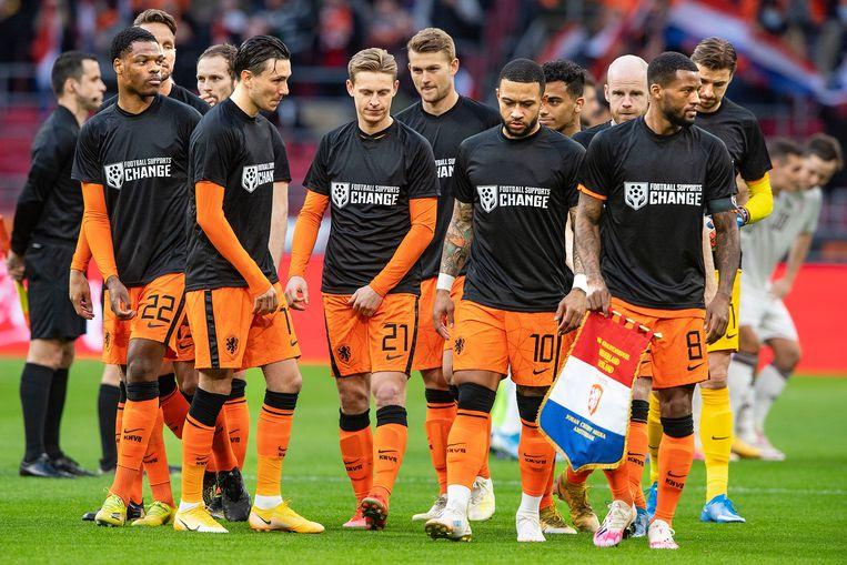 'Football supports change' staat er op de shirts die de spelers van het Nederlands elftal zaterdag dragen vlak voor de wedstrijd tegen Letland. Beeld Guus Dubbelman / de Volkskrant