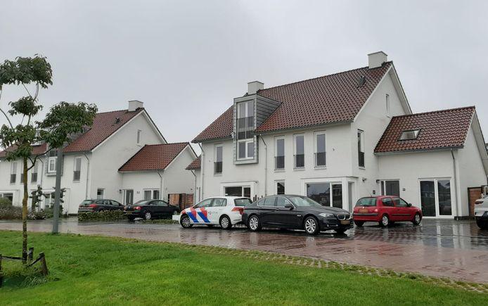 In de nacht van zaterdag op zondag is een woning aan de Dijkskruin in Cuijk beschoten. Op de meest rechtse raampartij op de foto is een klein wit stipje zichtbaar. Dat is het kogelgat.
