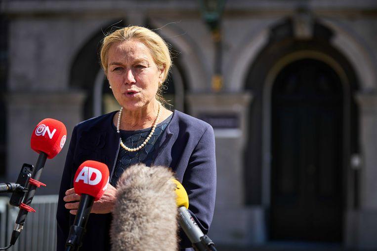 D66-leider Sigrid Kaag praat na afloop van haar gesprek met informateur Mariëtte Hamer journalisten bij. Ze wil vaart in de formatie.  Beeld EPA