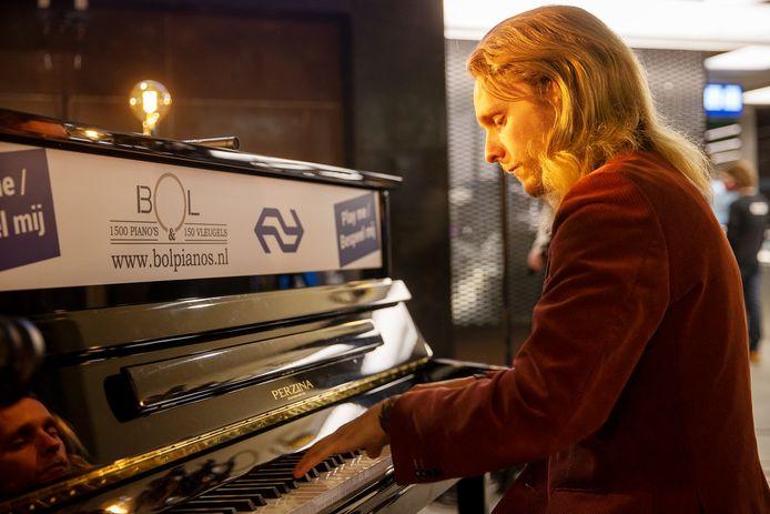 Eindhovenaar David Hordijk geeft een verrassingsconcert op nieuwe stationspiano