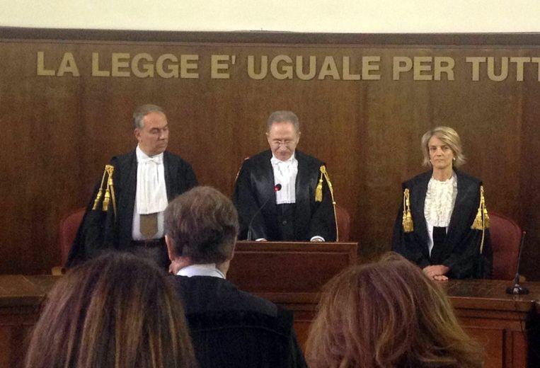 Enrico Tranfa (midden) bij het voorlezen van het vonnis in de prostitutiezaak tegen Berlusconi. Beeld anp