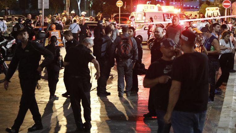 Burgers, politie en hulpverleners verzamelen bij de plaats van delict Beeld afp