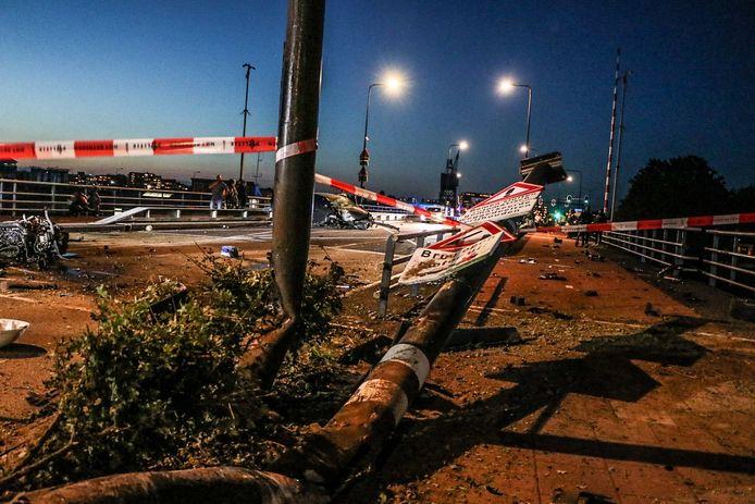 Een Volkswagen GTI ramde met hoge snelheid een paal en kwam midden op de brug tot stilstand.