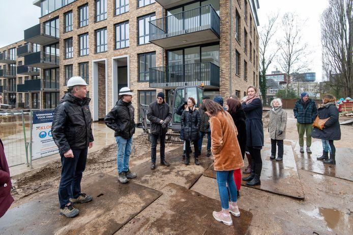 Projectmanager Maurice Wieland van VOF DraismaKlok (links)  leidt de rondleiding door Avenue 1895.
