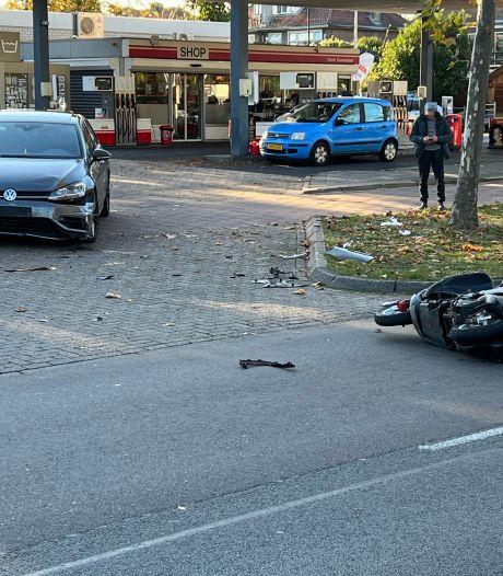 Weer gaat het mis bij tankstation Avia in Deventer: auto knalt vol op snorscooter