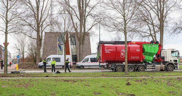 De vrachtwagen op deze foto kwam in Dronten in botsing met een fietsende jonge vrouw. Ze raakte daarbij zwaargewond.