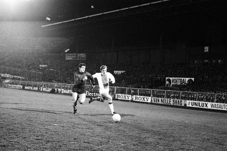 Piet Keizer in actie in de halve finale van de Europacup, in 1969. Beeld anp