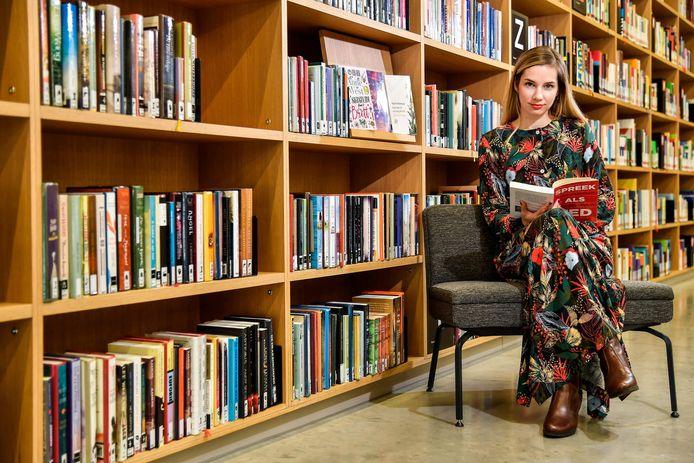 Ella Michiels in bibliotheek Utopia.